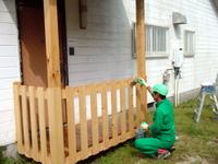 露出している木材にエコボロンPROをハケ塗り