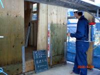 吹き付け施工で楽々。住まい手は勿論、施工者にも安全です